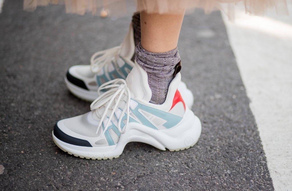 6c888365e «Уродливые кроссовки» странной формы выглядят обманчиво громоздко – рельеф  подошвы соответствует анатомическим особенностям стопы, поэтому такая обувь  ...