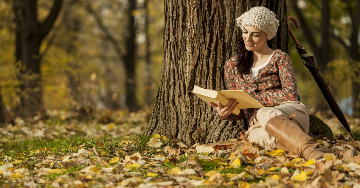 чтение книги в осеннем лесу