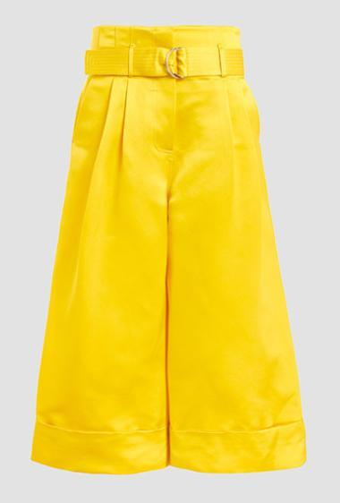 Яркие желтые шорты-юбка – колоритный лук сезона 2018